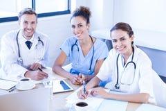 微笑在会议室的医疗队 库存照片