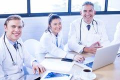 微笑在会议室的医疗队 免版税库存图片