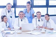 微笑在会议室的医疗队 库存图片