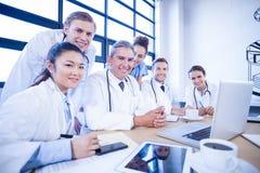 微笑在会议室的医疗队 免版税库存照片