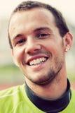 微笑在体育训练,锻炼期间的一个年轻活跃人的画象 免版税库存图片