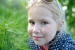 微笑在公园特写镜头的逗人喜爱的小女孩 免版税库存图片