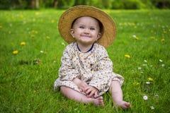微笑在公园的可爱的女婴 免版税库存图片