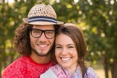 微笑在公园的逗人喜爱的夫妇 库存图片