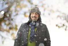 微笑在冬天公园的一个人 免版税库存照片