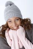 微笑在冬天成套装备的美丽的种族女孩 库存图片