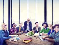 微笑在办公室的不同种族的人 免版税库存照片