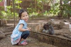 微笑在动物园里的女孩 库存照片