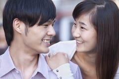 微笑在北京的年轻异性爱夫妇画象  库存照片