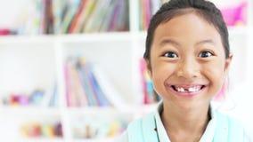 微笑在图书馆里的无牙的孩子 股票录像