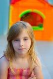 微笑在室外操场的白肤金发的孩子女孩 免版税库存图片