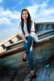 微笑在小船的美丽的女孩 免版税库存图片
