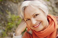 微笑在山的最佳的老化妇女远足旅行 免版税库存图片