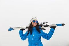 微笑在山顶部的美丽的滑雪者妇女 雾 Winte 免版税库存照片