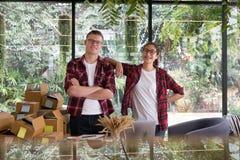 微笑在工作场所的起始的小企业主 自由职业者的人 图库摄影