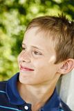 微笑在庭院里的新男孩 库存图片