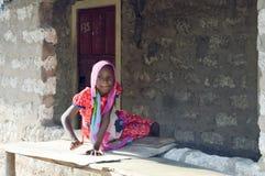 微笑在摊位的非洲青年时期  库存照片