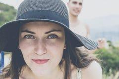 微笑在旅途上的年轻夫妇画象在海岛附近在一个晴天 女孩特写镜头透镜 relaxatio的概念 免版税库存图片
