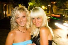 微笑在晚上城市的美丽的性感的女孩 免版税库存图片
