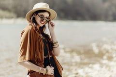 微笑在有帽子的, leath太阳镜的时髦的行家boho妇女 免版税库存图片