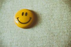 微笑在本文的磁铁棍子 免版税库存图片