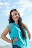 微笑在海的美丽的女孩 免版税库存图片