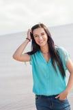 微笑在海的美丽的女孩 图库摄影