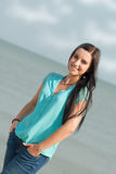 微笑在海的美丽的女孩 库存照片