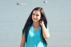 微笑在海的美丽的女孩 库存图片