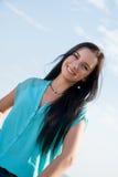 微笑在海的美丽的女孩 免版税库存照片