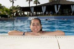 微笑在游泳池的愉快的拉丁妇女 库存图片