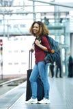 微笑在火车站平台的妇女 免版税库存图片