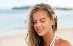 微笑在热带的愉快的美丽的少妇 库存照片