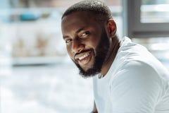 微笑在照相机前面的快乐的英俊的美国黑人的人 免版税库存照片