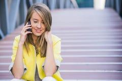 微笑在电话的快乐的女实业家 免版税图库摄影