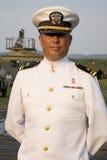 微笑在白色服装统一的海军官员 免版税库存图片