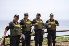 微笑在米拉弗洛雷斯的友好的秘鲁警察人 免版税库存照片