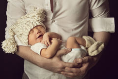 微笑在羊毛帽子的新出生的男婴,睡觉 免版税图库摄影