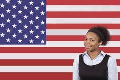 微笑在美国国旗的年轻非裔美国人的女实业家 免版税库存图片
