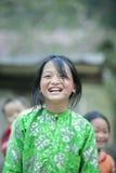 微笑在肺凸轮村庄的少数族裔女孩 免版税库存照片