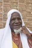 微笑在街道的80岁的非洲人 免版税库存照片