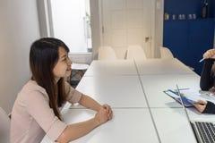 微笑在采访的确信的候选人 图库摄影
