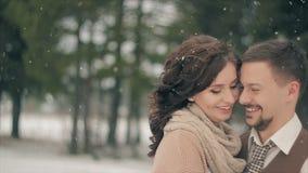 微笑在降雪期间的新婚佳偶在冬日 股票视频