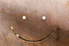 微笑在黑暗的被佩带的生锈的金属摘要纹理 免版税库存照片