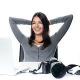 微笑在满意的摄影师对她的图象 免版税库存图片
