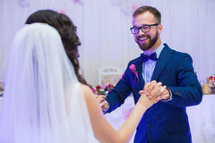 微笑在他们的第一个舞蹈期间的愉快的新婚佳偶夫妇对weddin 库存图片