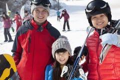 微笑在滑雪胜地的家庭 免版税库存图片