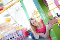 微笑在Amuesment公园的俏丽的妇女 库存图片