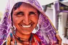 微笑在Jaisalmer堡垒,拉贾斯坦,北部印度的一名印度妇女的画象 免版税库存照片