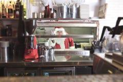 微笑在undustrial厨房里的圣诞老人 免版税库存照片